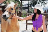 Onun atı dikkat çekici genç bir kadın — Stok fotoğraf