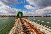 стальной мост через реку — Стоковое фото