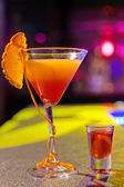 Cocktail at bar in a night club with vivid colors — Foto Stock