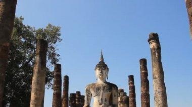 Boeddha standbeeld in sukhothai historisch park, thailand. — Stockvideo