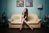 坐在沙发上的美丽女人 — 图库照片