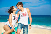 Young loving couple on tropical beach — Stock fotografie