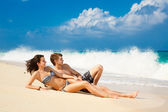 Young loving couple on tropical beach — Stock Photo