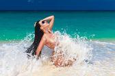 Beautiful young brunette enjoying the sun on the tropical coast — Foto Stock