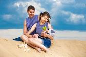 Família feliz, mãe, pai e filho pequeno em coletes listrados com fu — Foto Stock