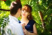 Retrato ao ar livre do jovem casal sensual. amar e beijar. verão — Fotografia Stock