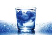 氷と水のガラス — ストック写真