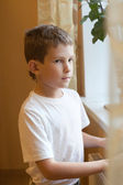 Chlapec v okně — Stock fotografie