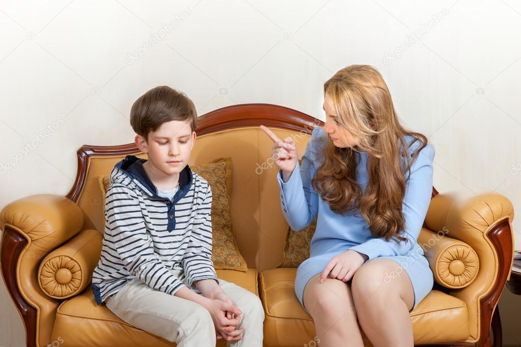 Сын с мамой на диване 9 фотография