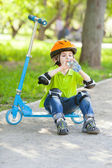 小さな男の子はボトルからの水を飲む — ストック写真