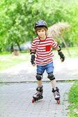 男孩骑在滚子上 — 图库照片
