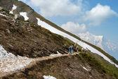 Tourists on mountain trail — Stock Photo