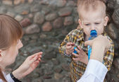 Mother gives water to a child — Stock Photo