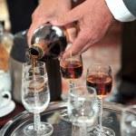 manos del hombre verter la bebida — Foto de Stock   #42354055