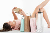 Mujer en vestido rosado con bolsas de compras y caja de regalo — Foto de Stock
