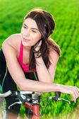 Tramonto ritratto di donna e sulla bici — Foto Stock