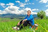 Ritratto di donna giovane e bella rilassante nella natura — Foto Stock