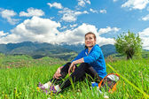 Retrato de mulher jovem e bonita relaxante na natureza — Foto Stock