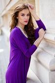 Schöne junge frau mit violetten kleid — Stockfoto