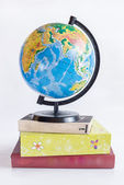 Globe on books — Stockfoto