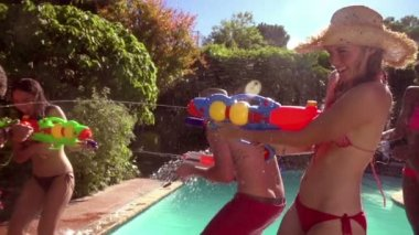 Friends playing with water guns — Stock Video