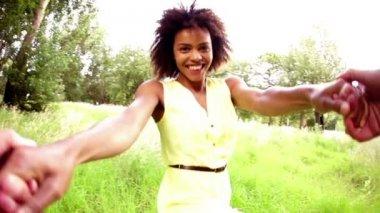 纺纱与男友的女人 — 图库视频影像