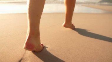 Dívka chůze ve vodě — Stock video