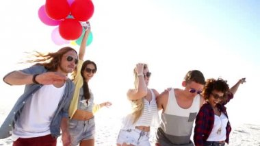 Friends dancing with balloons on beach — Vídeo de Stock