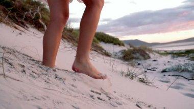 Girl in dunes — 图库视频影像