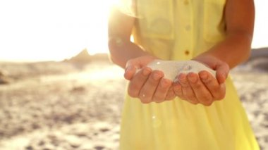 Girl with sand in hands — Vídeo de stock