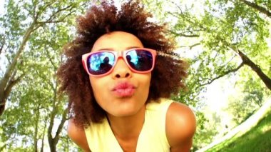 Girl with sunglasses in park — Stock video