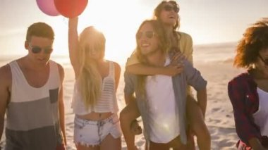 Friends dancing with balloons — Vidéo