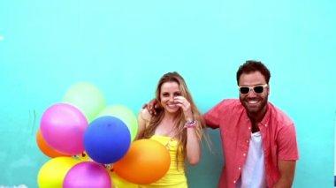 Glada par hoppning med ballonger — Stockvideo
