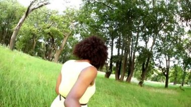Woman leading boyfriend through park — Stock Video
