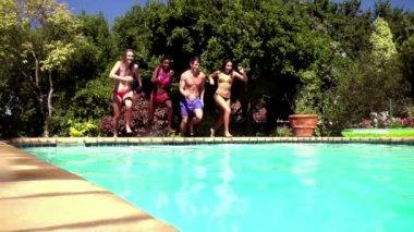 Amis, sauter dans une piscine — Vidéo