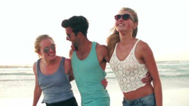Man walking with two women on beach — Vídeo Stock