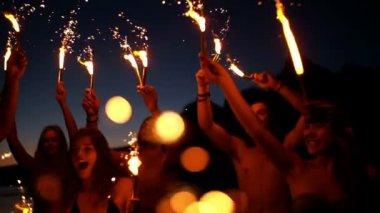 друзья с бенгальские огни танцы — Стоковое видео
