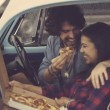 Couple eating pizza in retro car — Stock Video