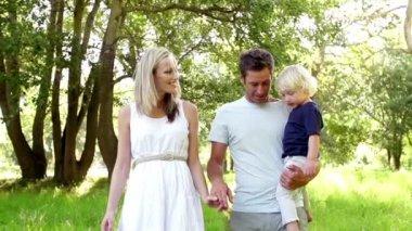 Family walking in park — Stock Video