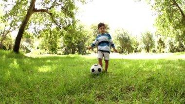Menino jogando futebol — Vídeo stock