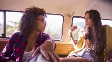 Ragazze parlando durante il viaggio — Video Stock