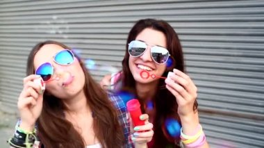 Girls with sunglasses having fun making bubbles — Stock Video