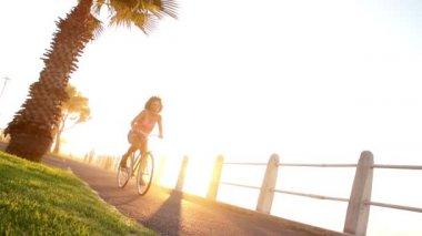 Kobieta, jazda na rowerze — Wideo stockowe