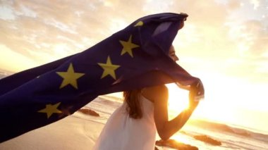 Woman waving european flag at the beach — Stock Video