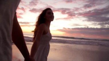 Çift romantik günbatımı sırasında elele — Stok video
