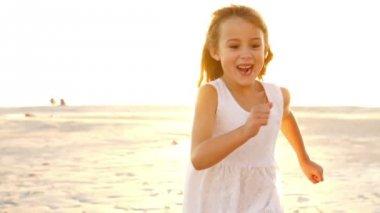Little girl is running — Stock Video