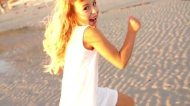 Little girl on the beach — Stock Video