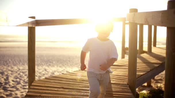 男孩跑下码头 — Vidéo