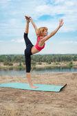 Mädchen üben yoga im freien — Stockfoto