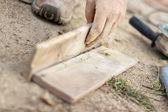 Dekarz - cięcie dachówki — Zdjęcie stockowe
